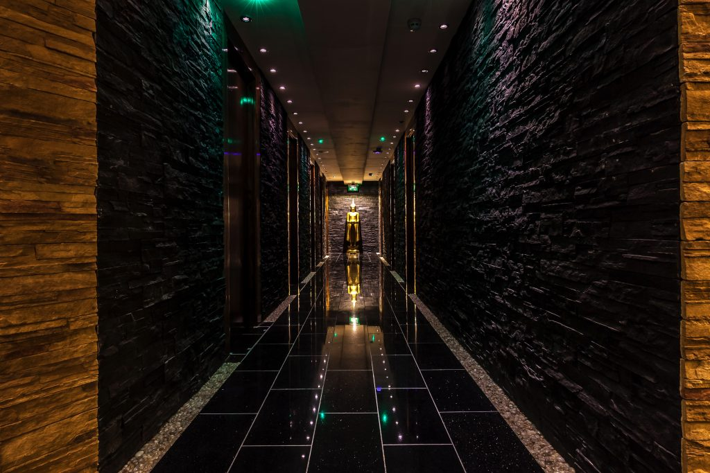 maketh-the-man-thai-square-spa-black-corridor